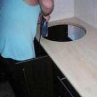 Выпил отверстия под круглую мойку. варочную панель
