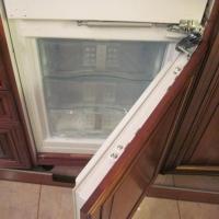 Перевешивание дверцы холодильника
