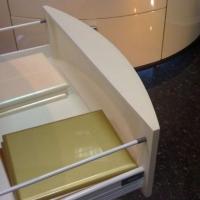 Подиум для крепления ящика на гнутый фасад в эмали