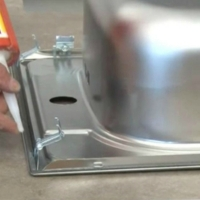 Вырез в металлической мойке под смеситель